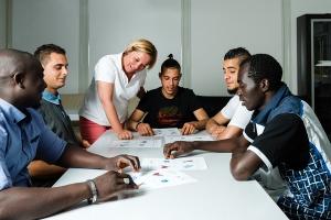 Sprachtraining für Flüchtlinge in einem deutschen Lager
